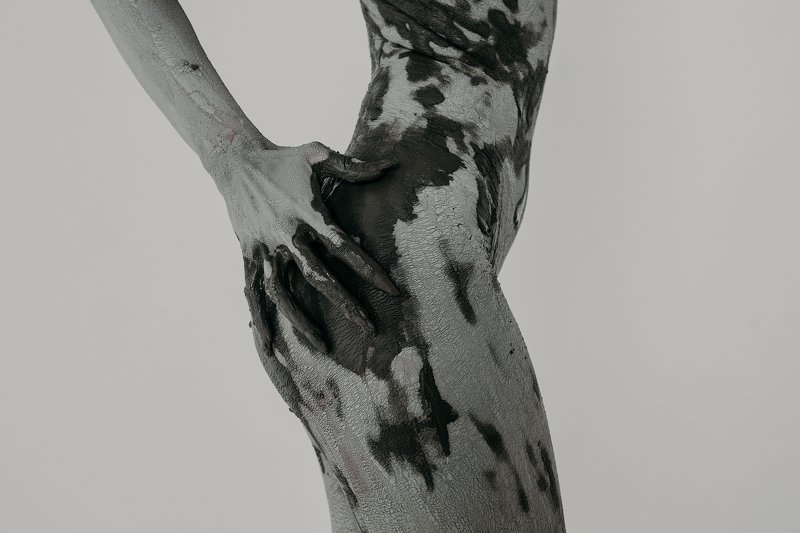 Девушка в глинеphoto preview