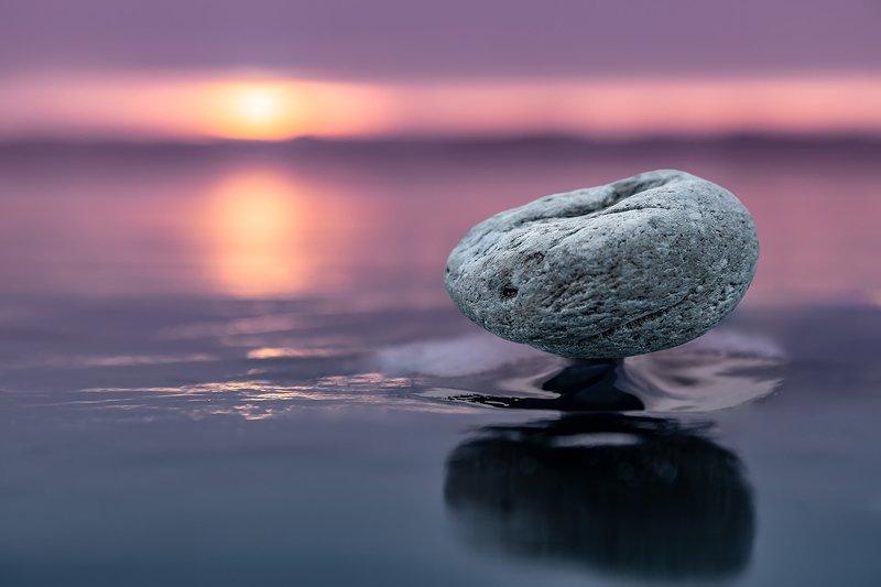 лед, байкал, ольхон, пейзаж, зима, рассвет, закат, льдина, сибирь, иркутск, озеро, камень, камень на ножке Левитирующий каменьphoto preview