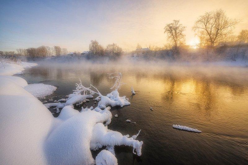 Морозный рассвет над парящей рекой IIphoto preview