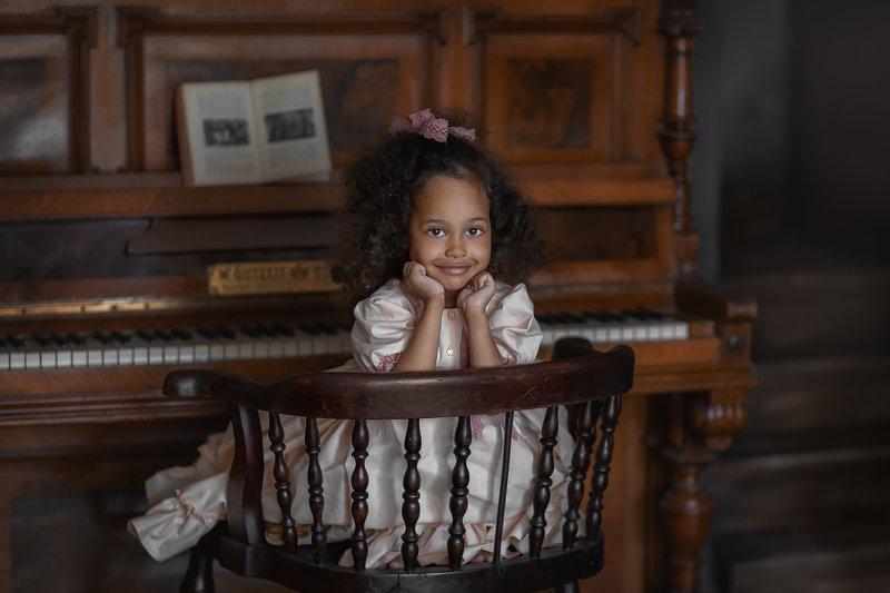 Девочка, пианино, модель Сильвияphoto preview