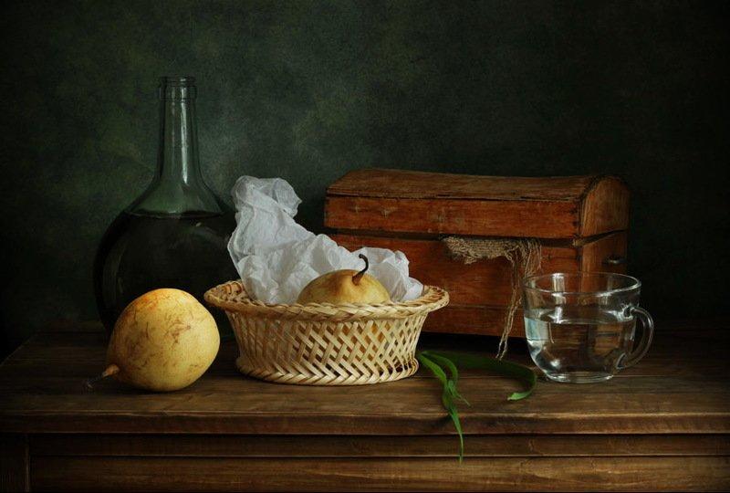 натюрморт, шкатулка, груши, бутылка, чашка, корзинка с грушамиphoto preview