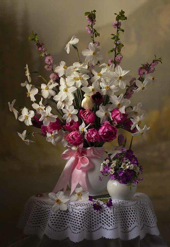 натюрморт с нарциссами,с тюльпанами,весна,букет,цветы,художественное фото,искусство. photo preview