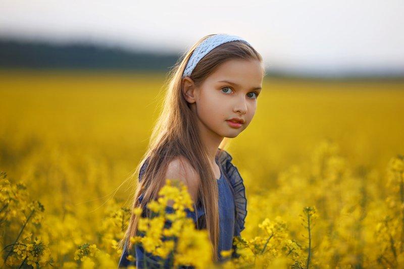ребенок портрет поле желтый В полеphoto preview