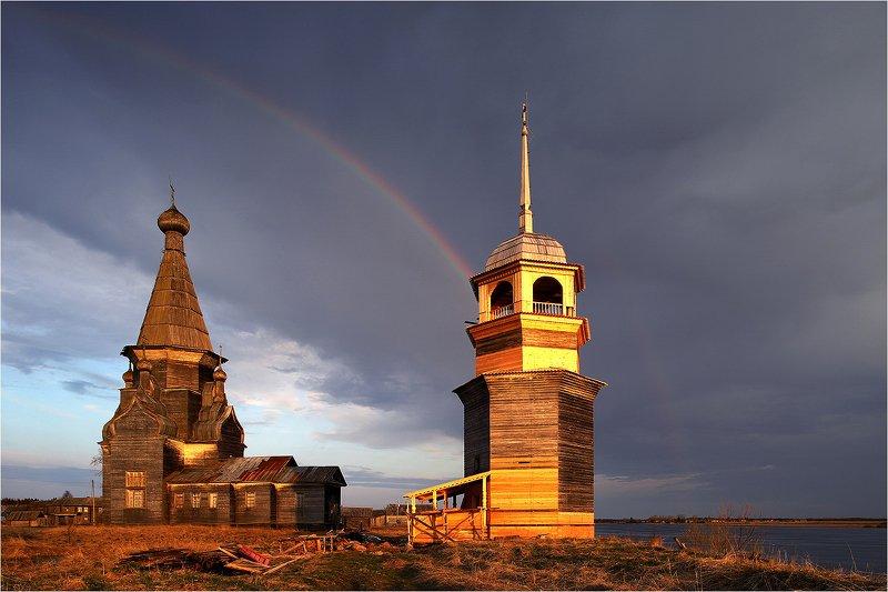 храм, деревянный храм, онега, радуга, облако, колокольня, реставрация, Короткий дождь и снова солнце.photo preview