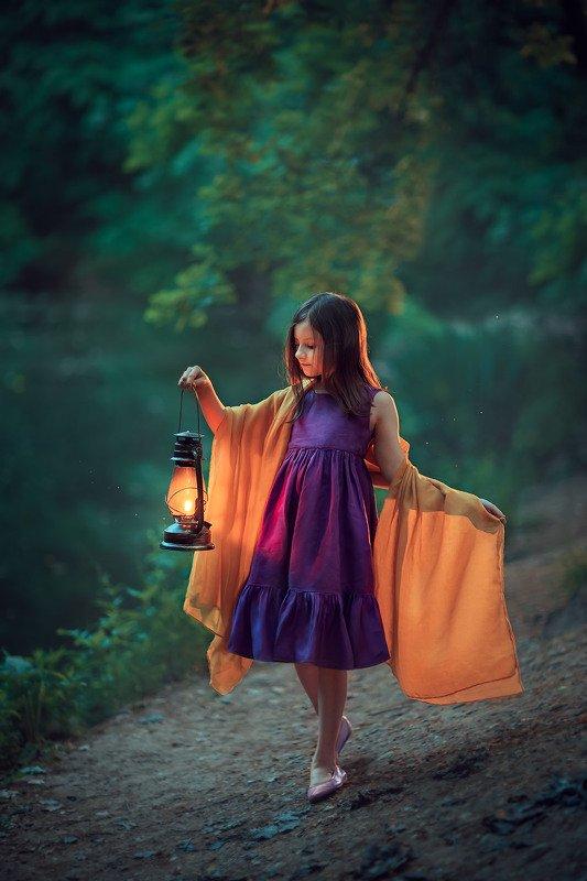 в лесу, девочка, лампа, вечер, детская фотосессия, детский фотограф, фотограф москва, лес, природа Вечерphoto preview