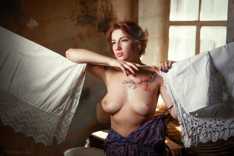 ню, девушка, грудь, обнажённая, красивая, окно, винтаж, стирка, бельё, голая photo preview