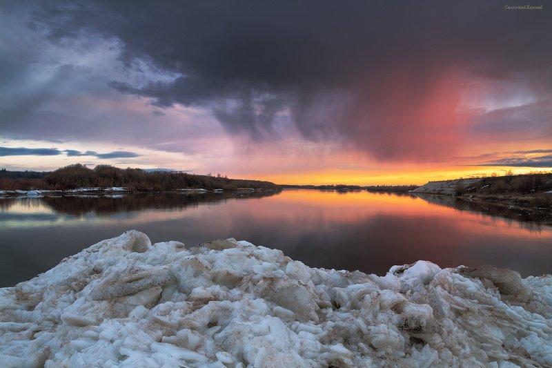 река, весна, закат, берег, северная двина, лед, дождь Нагромождения льдаphoto preview