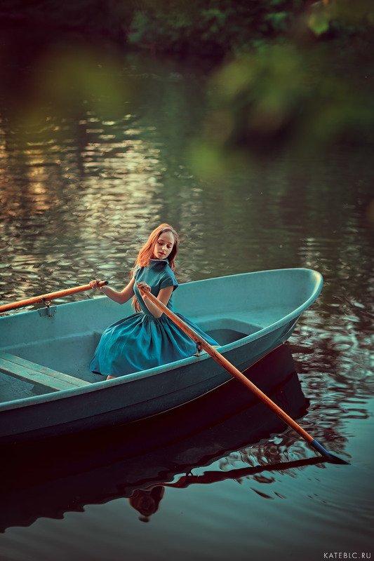 вечерняя фотография, фотосессия на природе, девушка, лодка, фотосессия в лодке, вечер, пруд, москва На водеphoto preview