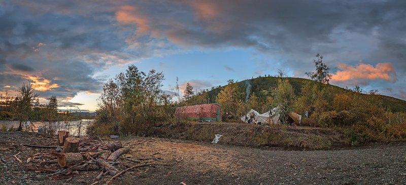 Лагерь геологов на берегу реки.photo preview