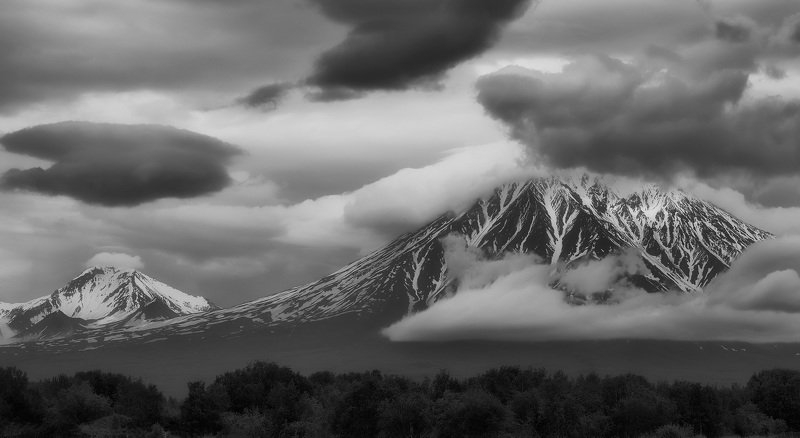 вечер, лето, камчатка, авачинский вулкан,корякский вулкан, облака в облаках (B&W)photo preview