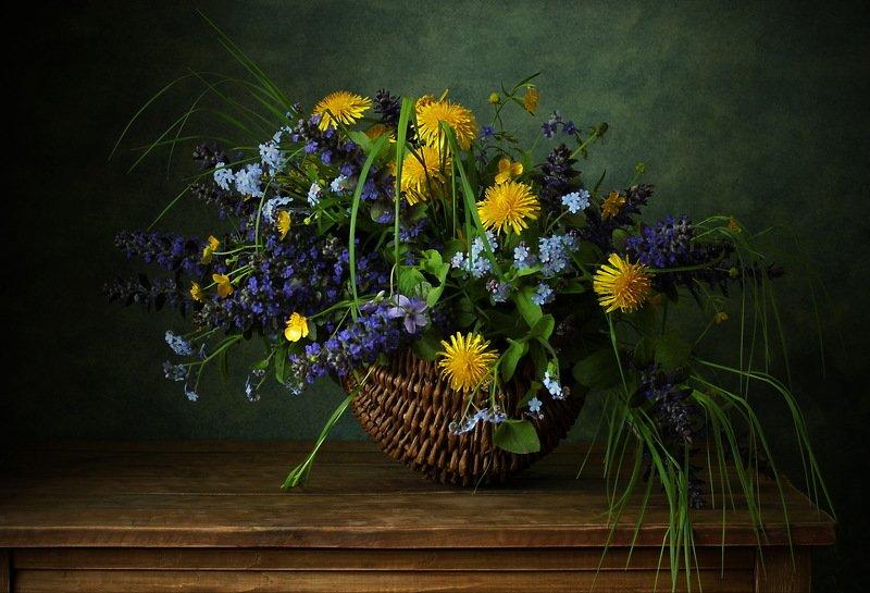 натюрморт., цветы., корзинка., одуванчик., живучка., незабудка летнийphoto preview