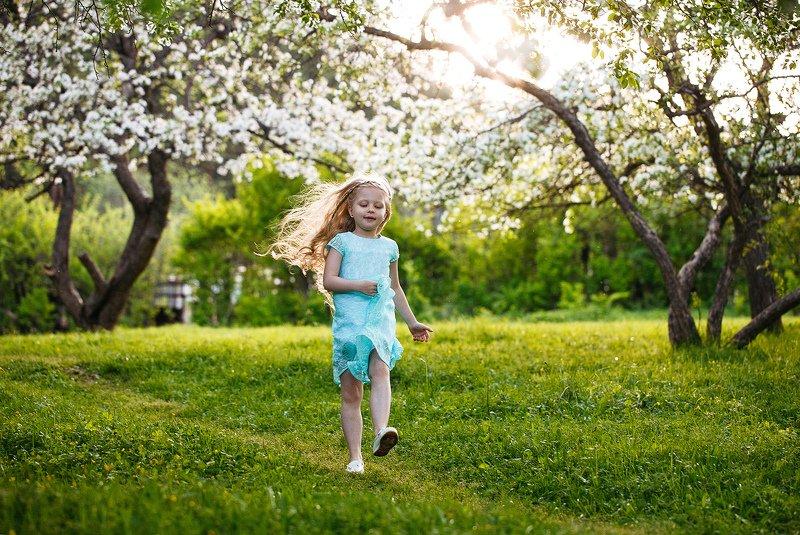 девочка, ребенок, лес, природа, яблони, радость photo preview