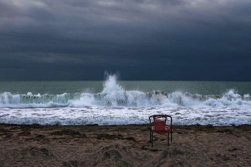 море черное ветер вода волны брызги берег песок стул небо Черное море - конец сезонаphoto preview