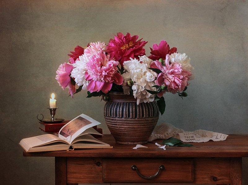 ваза, пионы, книги,свеча. Натюрморт с пионами и книгой.photo preview