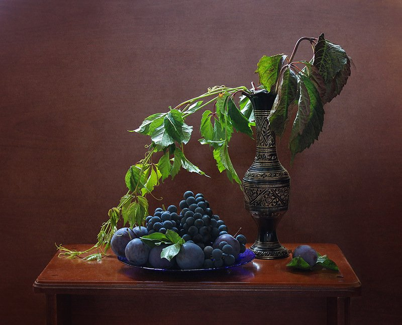 ваза, сливы,виноград,виноградная лоза Натюрморт со сливами и виноградом.photo preview