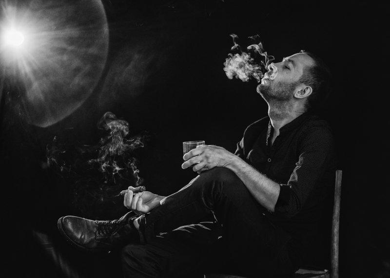 мужской портрет, портрет, мужчина, чернобелое фото, дым, сигара  photo preview