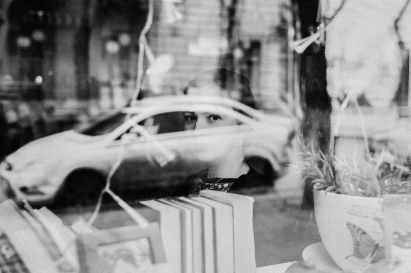 чб,отражение,девушка Жизнь в стеклах витринphoto preview