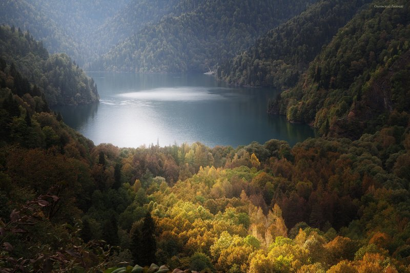 горы, абхазия, оз рица, вершина, осень, пасмурно, лес. Скольжение светаphoto preview