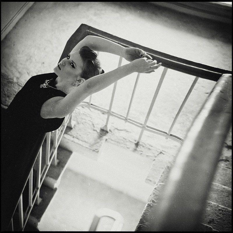 девушка, платье, город, дом, лестница ***photo preview