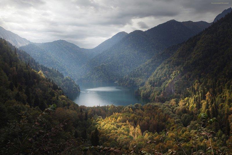 горы, абхазия, оз рица, вершина, осень, пасмурно, лес. Паря над горным озеромphoto preview