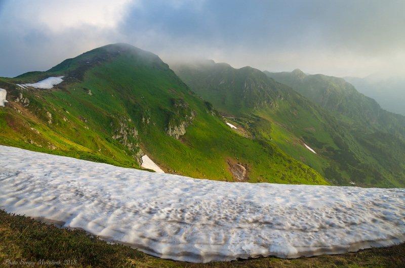 пейзаж, природа, лес, горы лето, туман, утро, путешествие, трекинг, тропа, июнь, камни, украина, карпаты Снег в июнеphoto preview