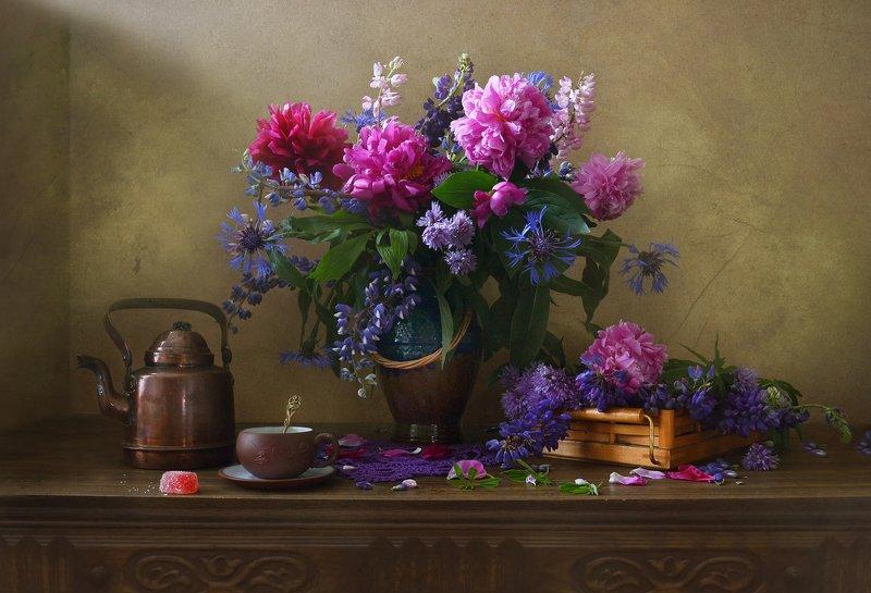 still life,натюрморт,цветы, фото натюрморт, пионы, люпины, лето, кофейник, керамика, июнь, васильки Июньский... фото превью