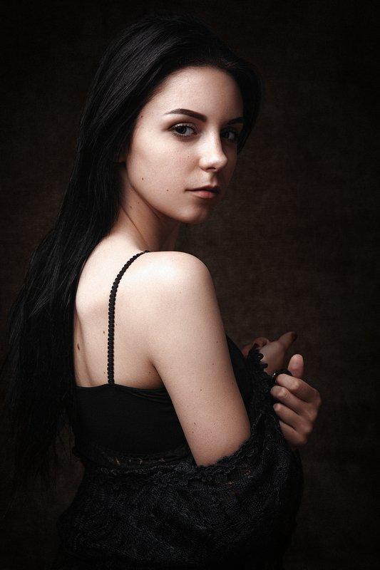 девушка, женский портрет, волосы, на темном фоне, взгляд Юлияphoto preview