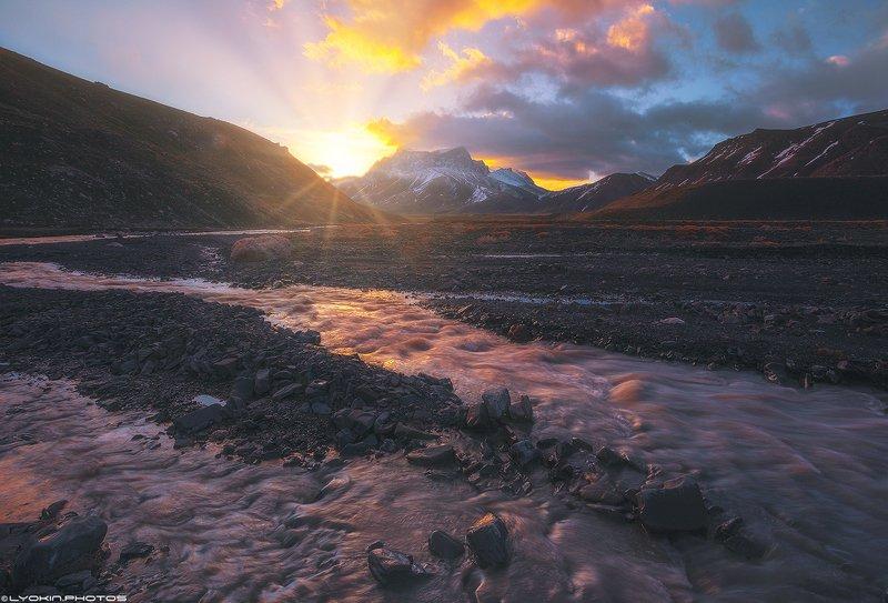 Рассвет на горной реке Шахнабад. Вид на гору Гызылгая 3751 мphoto preview
