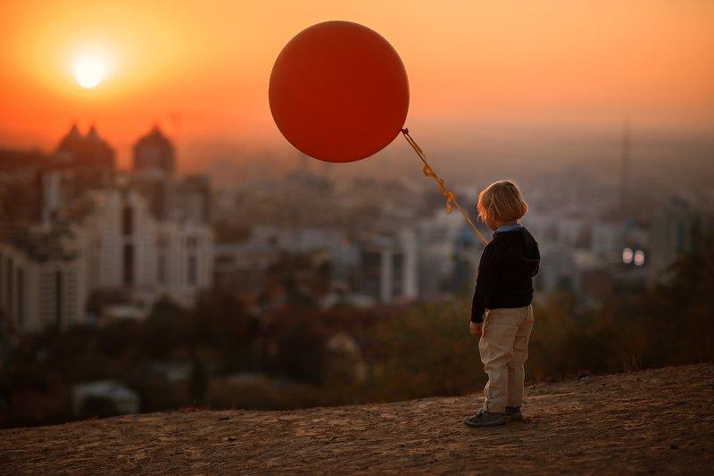 детский портрет, город, дети, сумерки, воздушный шар, на закате Весь мир как на ладониphoto preview