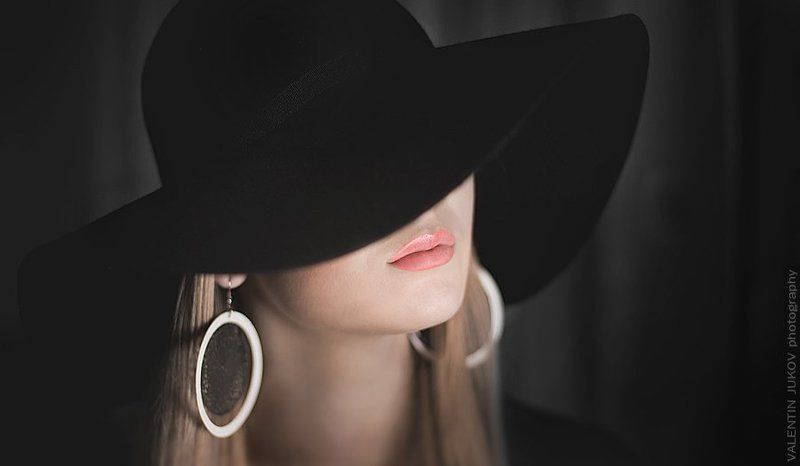 Красивые девушки с закрытым лицом в шляпках, взрослые тети учат сексу