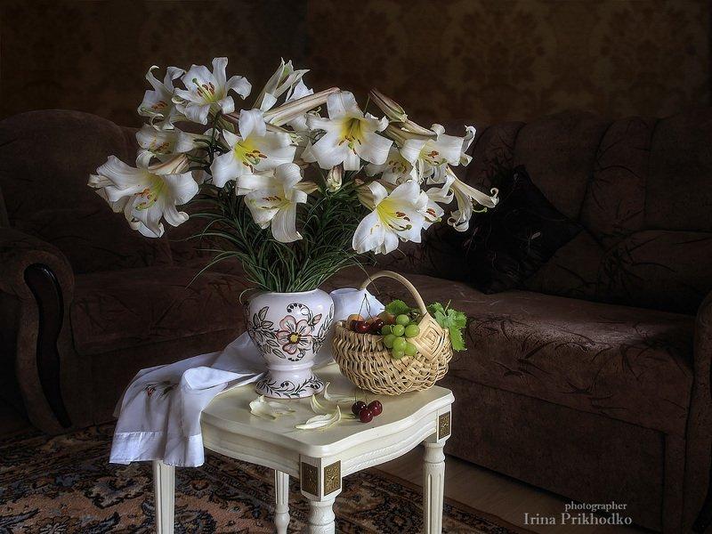 Натюрморт, интерьер, букет, белые лилии, фрукты Чарующий аромат июняphoto preview
