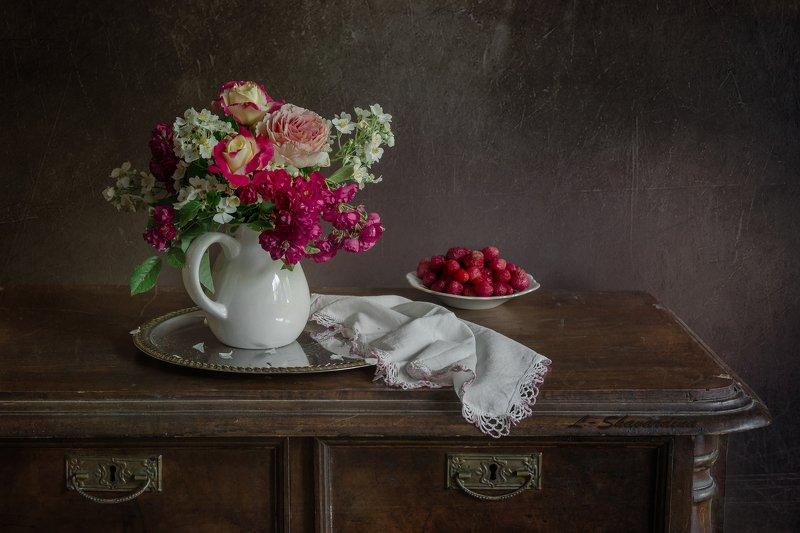 Розы с клубникойphoto preview