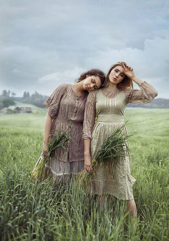 поле, трава, лето, урожай, село, девушки, крестьянки, женский портрет, постановочное фото Сборщицыphoto preview