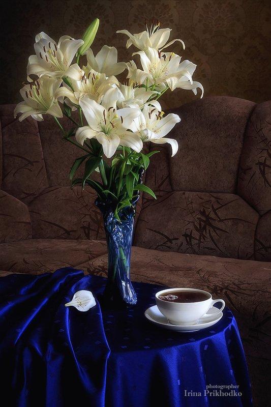 натюрморт, лето, букет, белые лилии, напитки, горячий чай, интерьер Натюрморт с чашкой чая и букетом белых лилийphoto preview