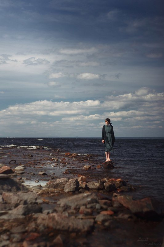 девушка, платье, море, побережье, пляж, вода, залив, облака, пленка Шум моряphoto preview