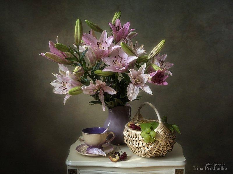 натюрморт, цветы, лето, фрукты, букет, лилии, ретро, винтажный, арт фотография Натюрморт с букетом розовых лилий и фруктамиphoto preview