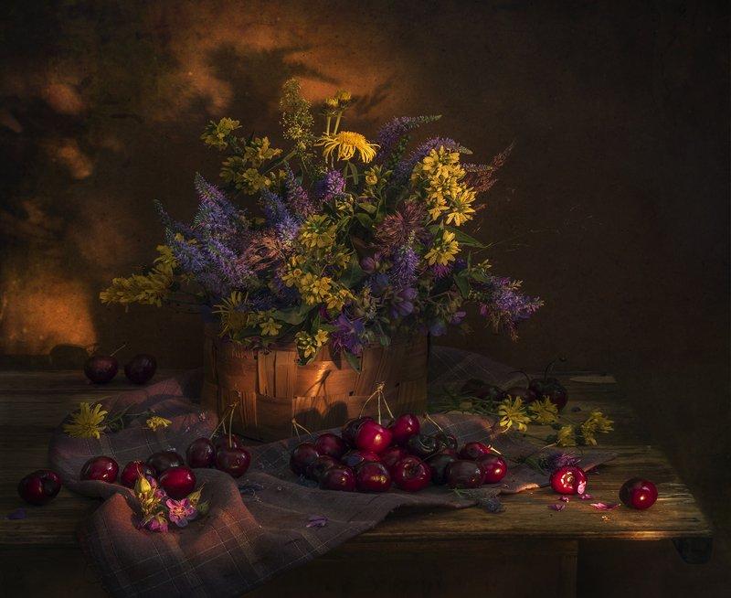 натюрморт,цветы,черешня,вечер,солнце Летние каникулыphoto preview