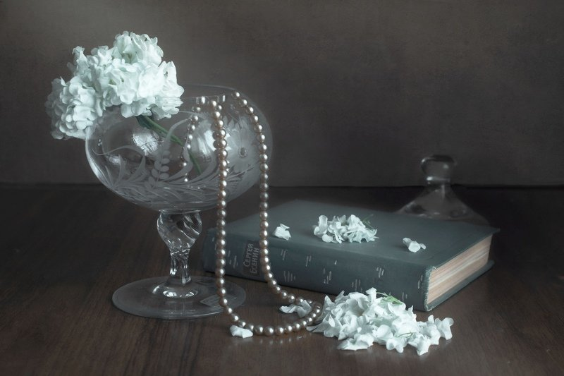 цветы, ваза, книга, поэт, бусы Цветы и стихиphoto preview
