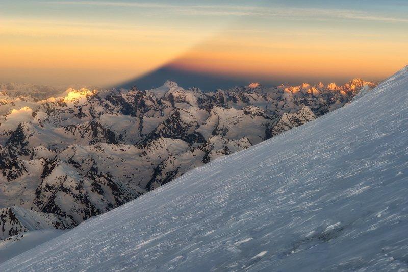 Тень от восточной вершины Эльбруса во время рассветаphoto preview