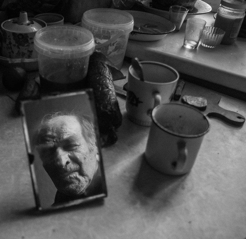 Старик одинокий в каморке своей фото превью
