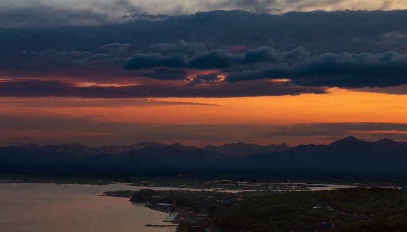 Камчатка, акватория, закат, горы, лайда Там вдали догорала заряphoto preview