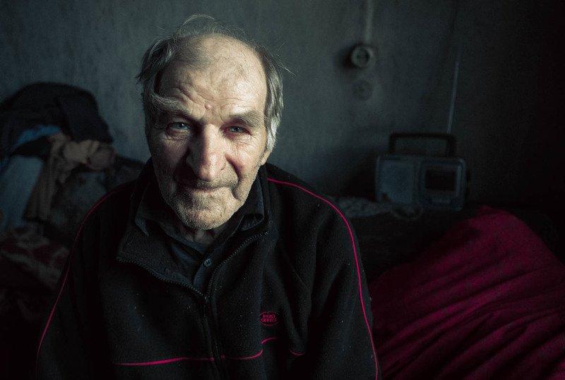 Старик одинокий в каморке своей II фото превью