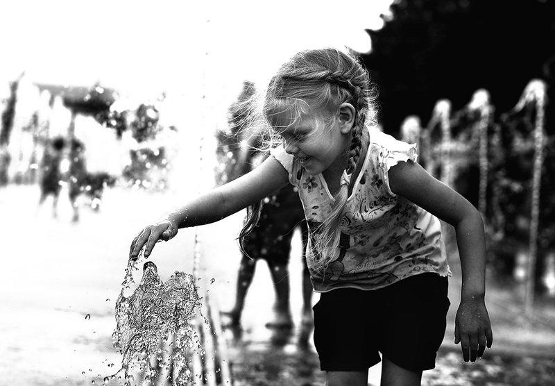 дети, чб фото, жанровый уличный детский портрет, фонтаны, эмоции Фонтанное настроениеphoto preview