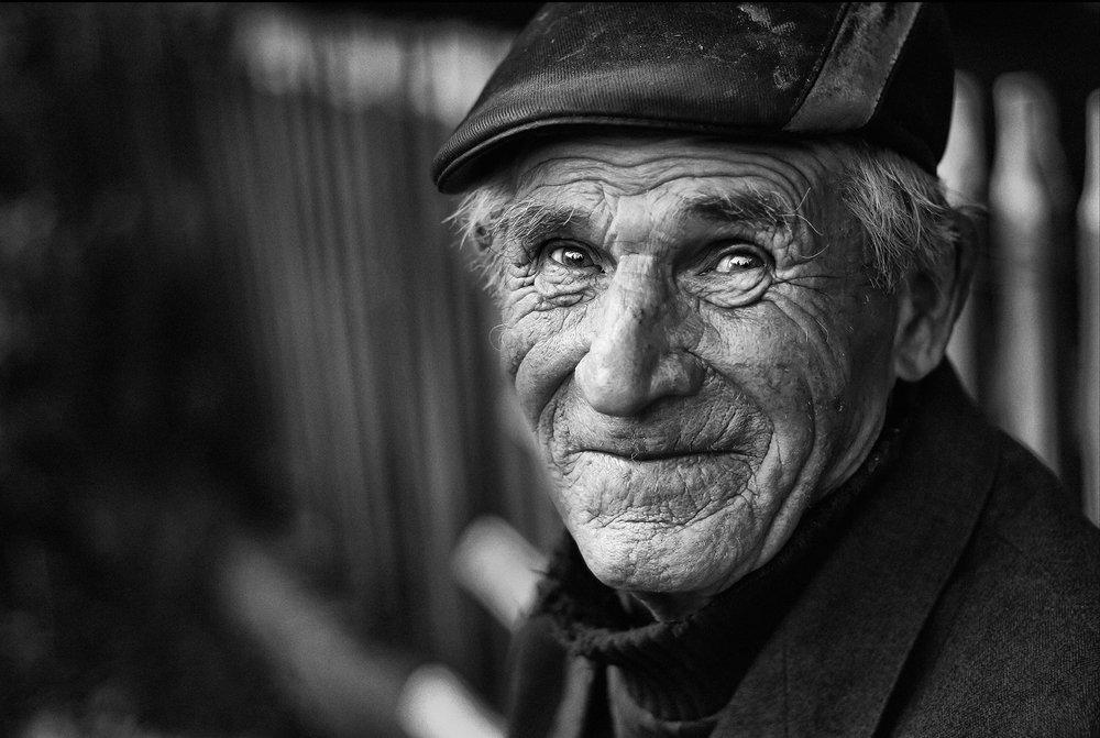 угловые фото старых людей в черном фоне птицы тропические