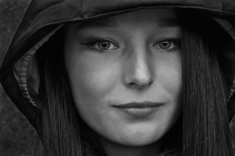 портрет, девушка, глаза, взгляд, волосы, чб, апатиты Чарующий взглядphoto preview