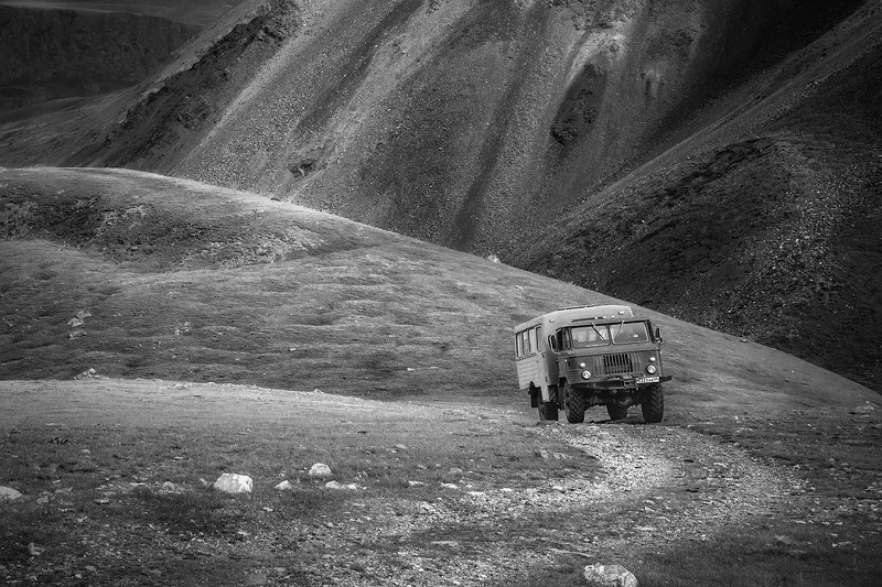 пейзаж, горы, перевал, дорога, машина, вездеход, шишига, подъем, крутой, чб, черно-белое, алтай, сибирь, трудный, тяжелый Наматывая мили на кардан...photo preview