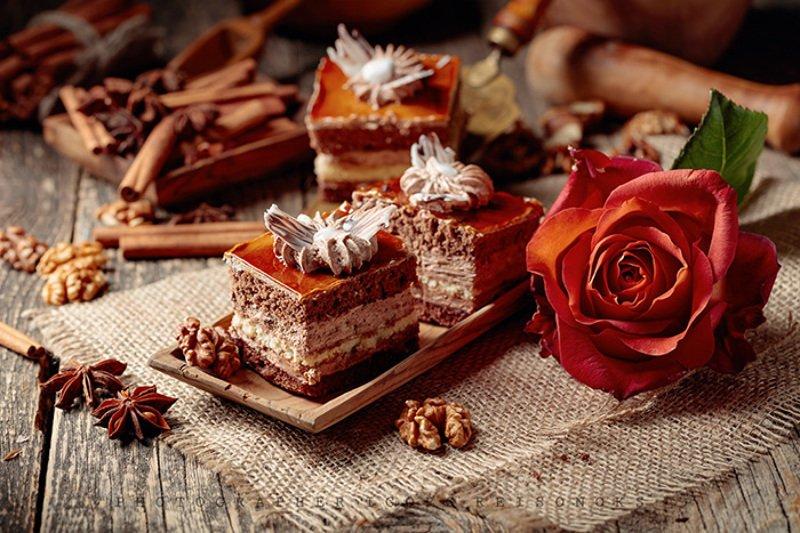 Слоеные пирожные с орехами и корицей.photo preview