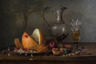 С кувшином и фруктами
