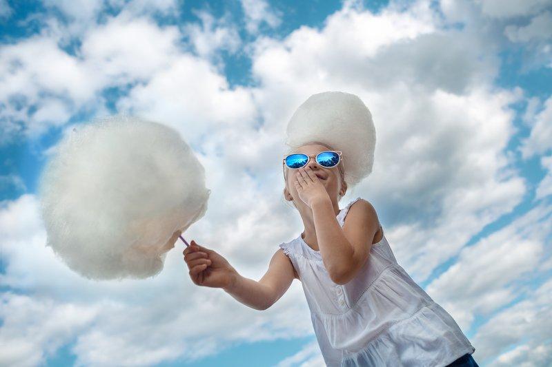 ребенок, сахарная вата, облака, портрет, дети, небо, очки, юмор, детство, гламур, бело-голубое Вкус облаковphoto preview