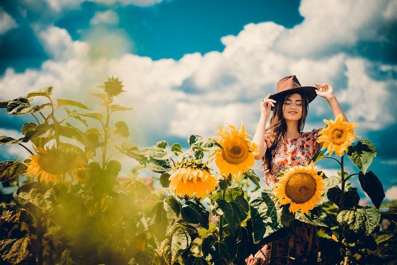 девушка  поле  подсолнечник  шляпа  улыбка  лето  небо  желтый  голубой  платье Мне ласкает подсолнечник плечи!..photo preview